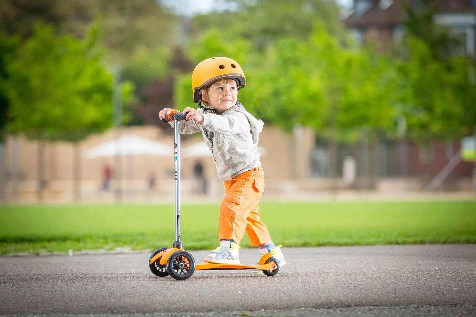 Учим ребёнка кататься на самокате
