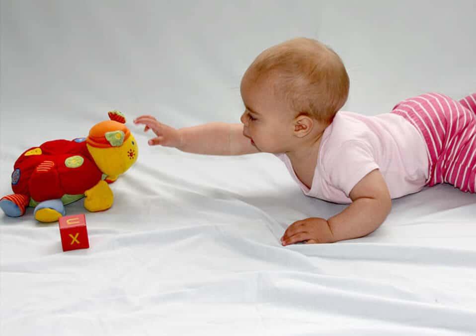 Этапы развития моторики: почему так важно позволить ребенку самостоятельно складывать игрушки