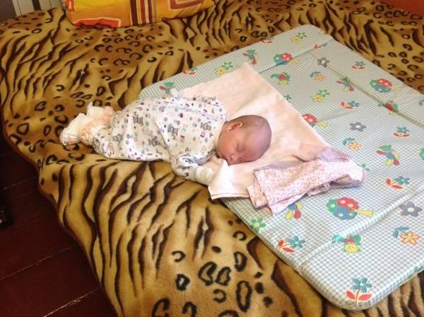Узнаем можно ли новорожденному спать на животе после кормления? узнаем можно ли новорожденному спать на животе у мамы?