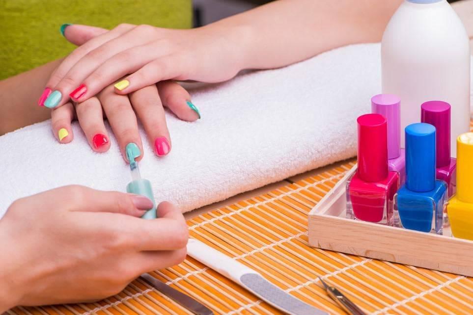 Со скольки лет можно делать маникюр девочкам, с какого возраста детям разрешено ходить на наращивание и покрытие ногтей гель-лаком?