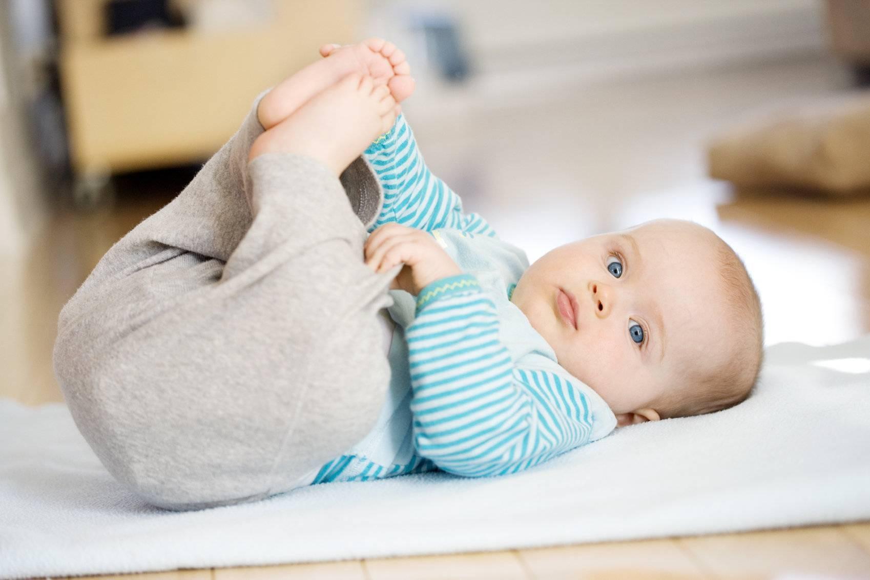 Когда ребенок начинает переворачиваться и надо ли ему помогать?