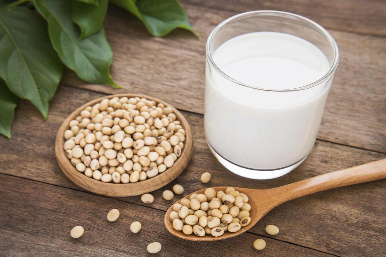 Можно ли кормящей маме молоко, польза и вред от коровьего, козьего, сгушенного, соевого для организма малыша