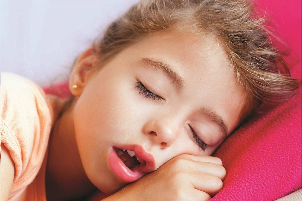Почему ребенок храпит во сне, а соплей нет? ребенок храпит во сне: советы от комаровского. почему ребенок храпит во сне