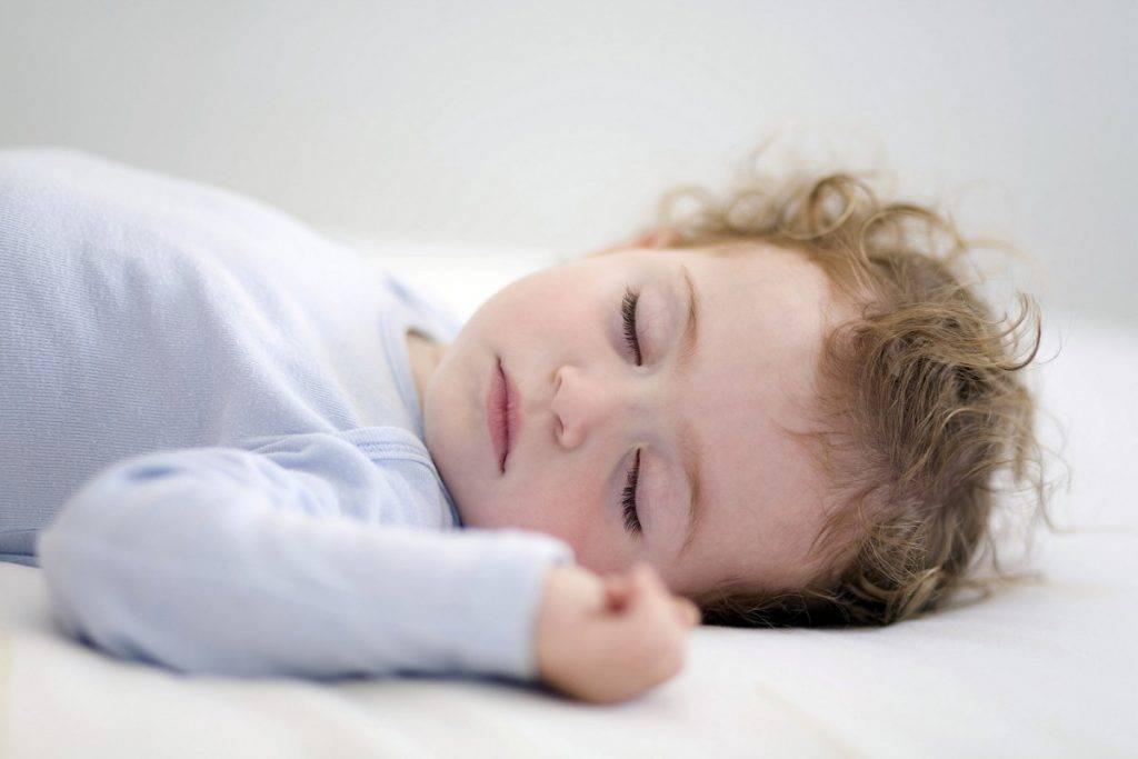 Почему ребенок плачет перед сном?