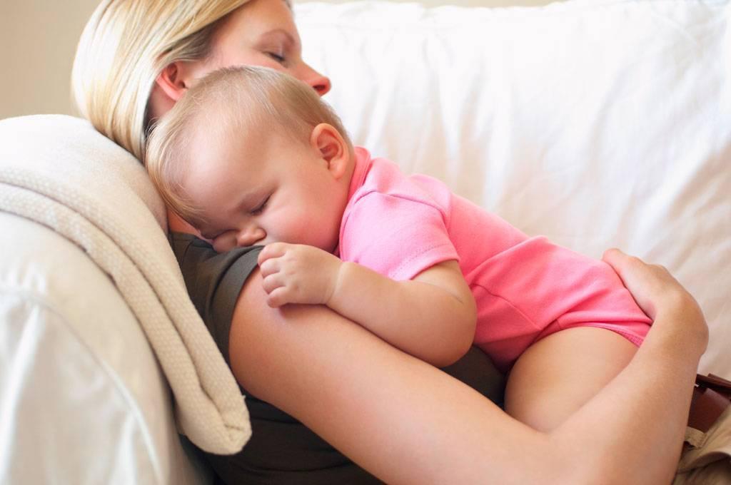 Новорожденный ребенок плачет после кормления, извивается, тужится: почему?