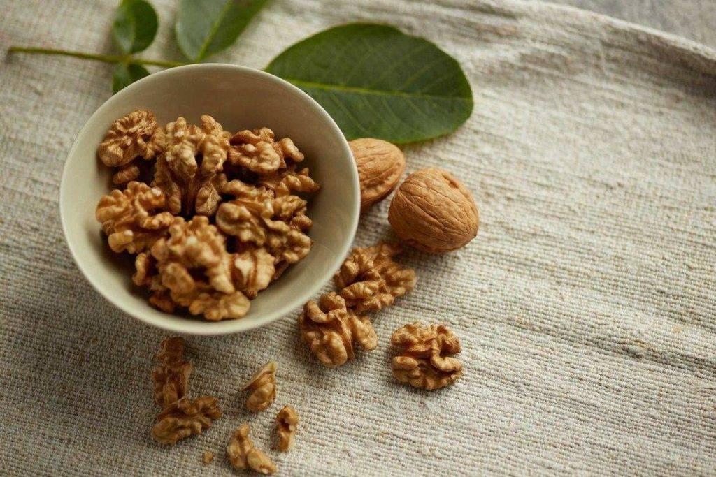 Орехи при грудном вскармливании: какие сорта можно употреблять
