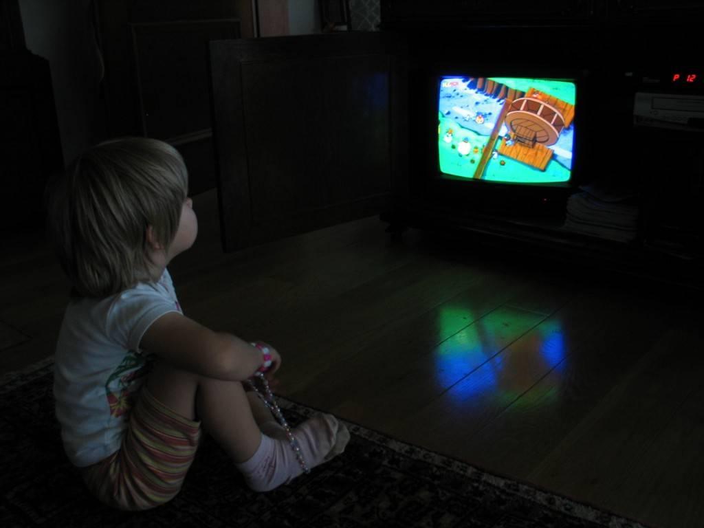 Можно ли новорожденному смотреть телевизор, в зеркало, на лампу
