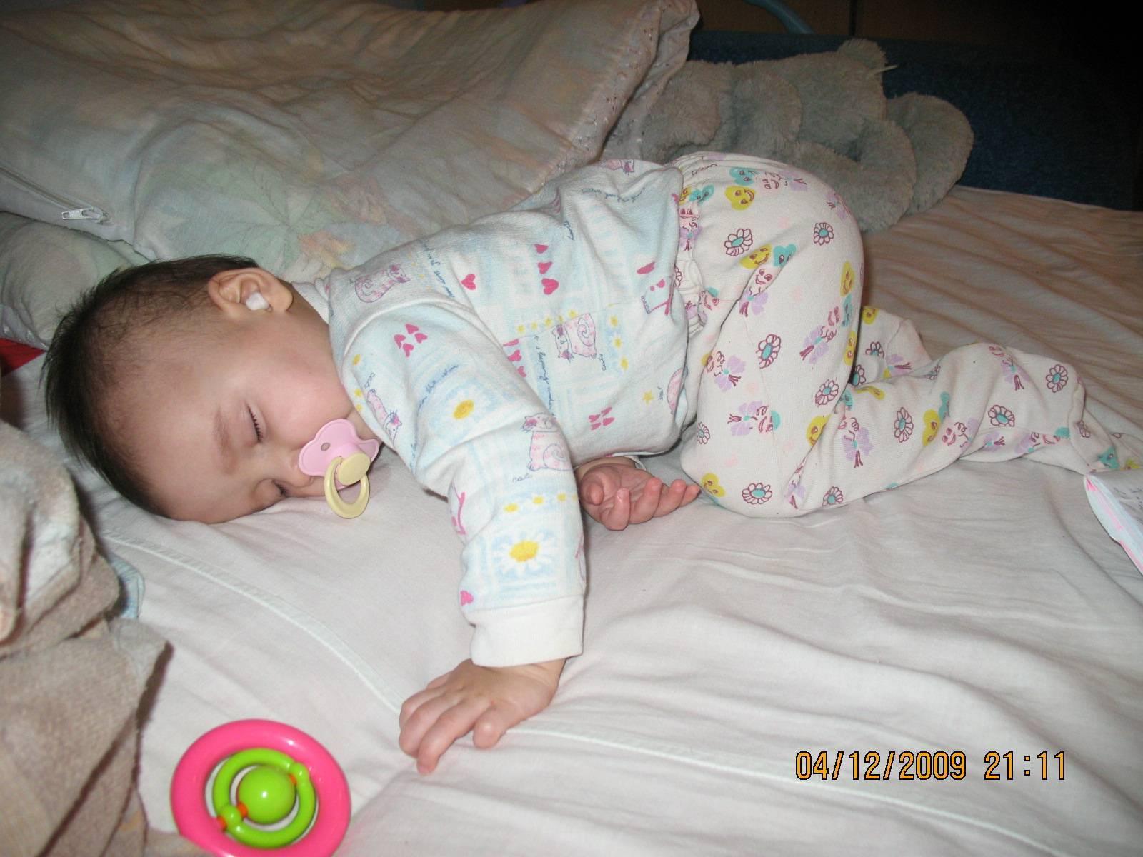 Можно ли новорожденному ребенку спать на животе: мнение педиатров. преимущества и противопоказания сна новорождённого на животе