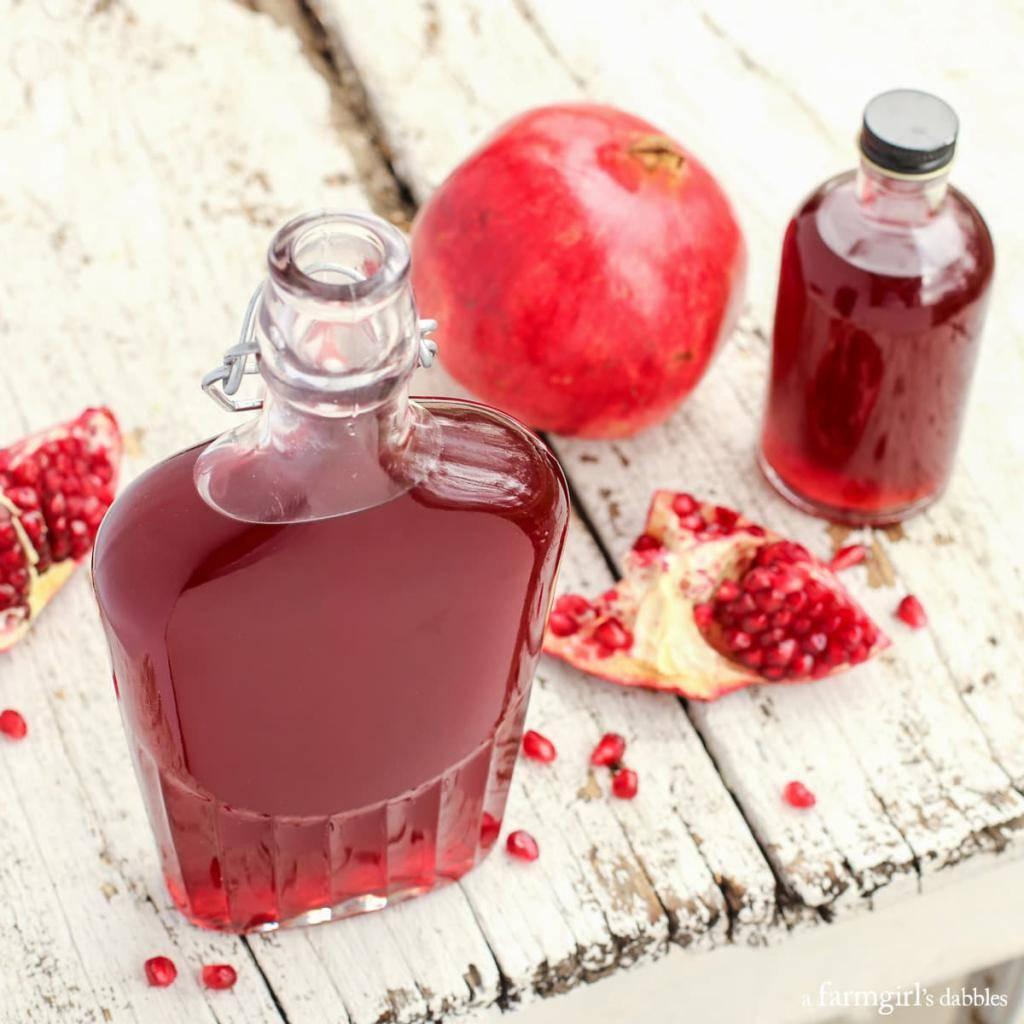 С какого возраста можно давать ребенку гранат: польза и вред, правила введения в рацион, как сделать сок
