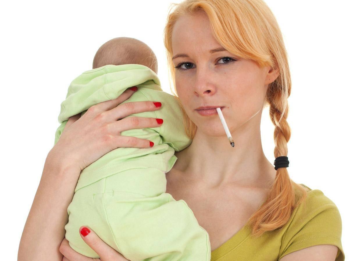 Можно ли кормить ребенка грудным молоком, если мама курит?