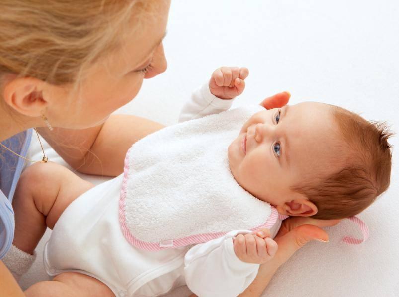 Во сколько месяцев новорожденный ребенок начинает агукать, гулить и улыбаться