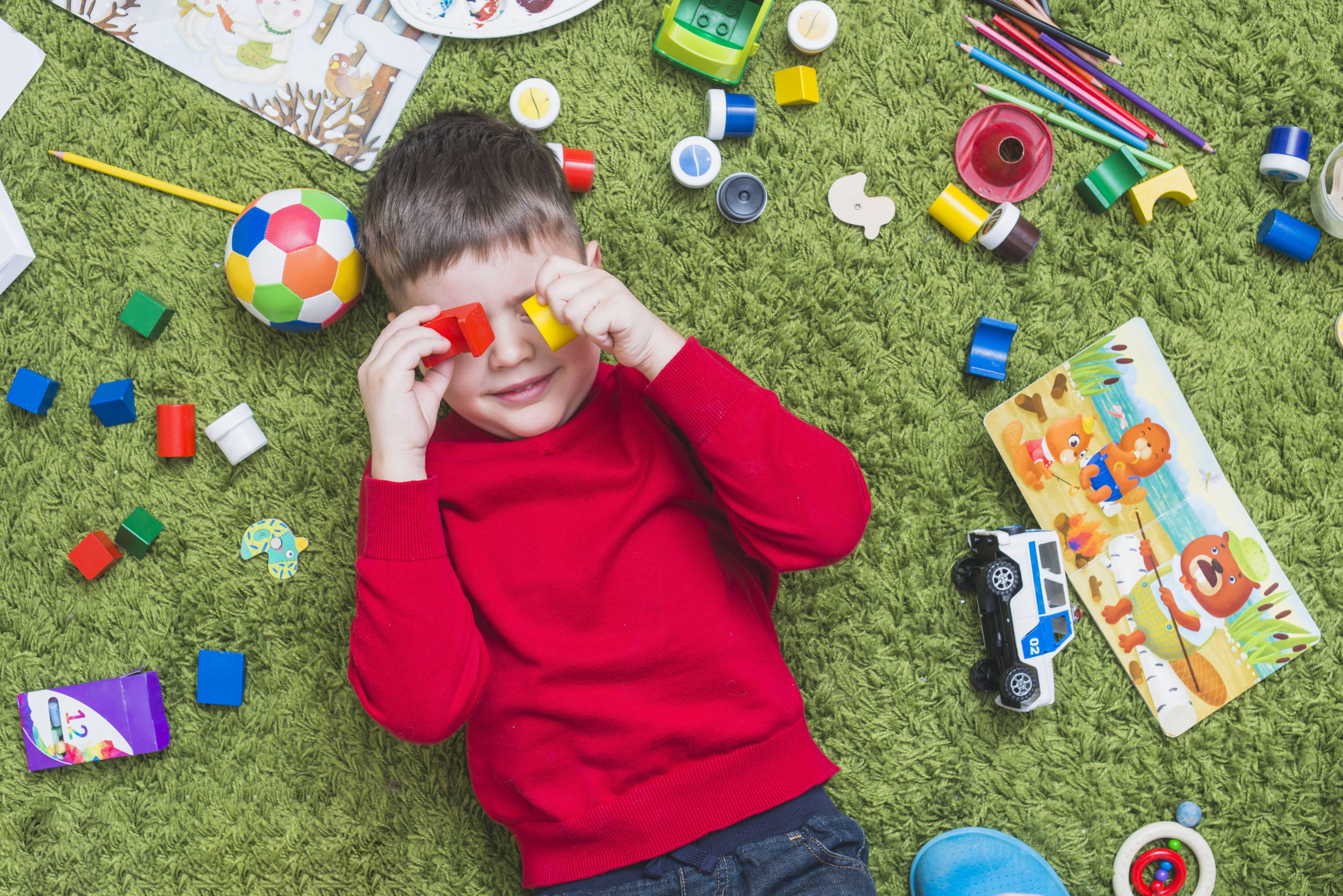 Почему ребенок постоянно ломает игрушки: что делать