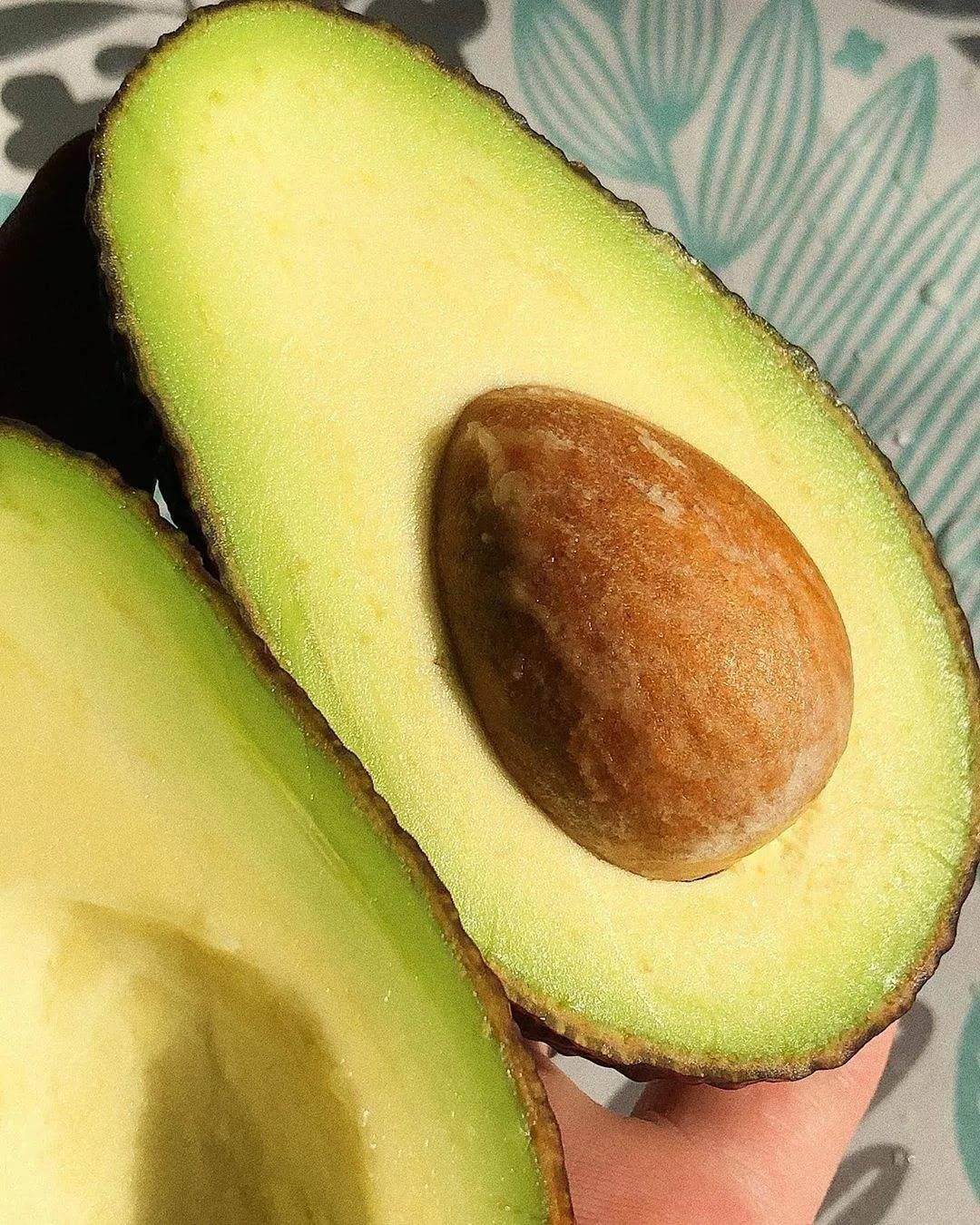 Авокадо при грудном вскармливании: можно ли кормящей грудью маме во время гв есть фрукт, в том числе в первый месяц лактации, также когда давать детям, какая польза?