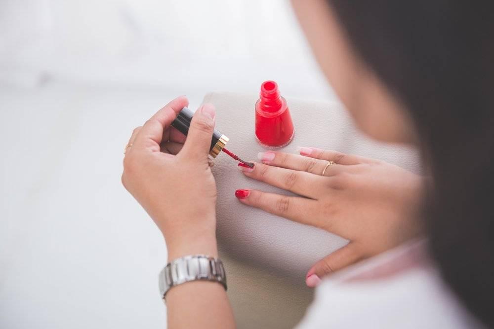 Можно ли во время беременности красить ногти лаком или шеллаком. возможные риски