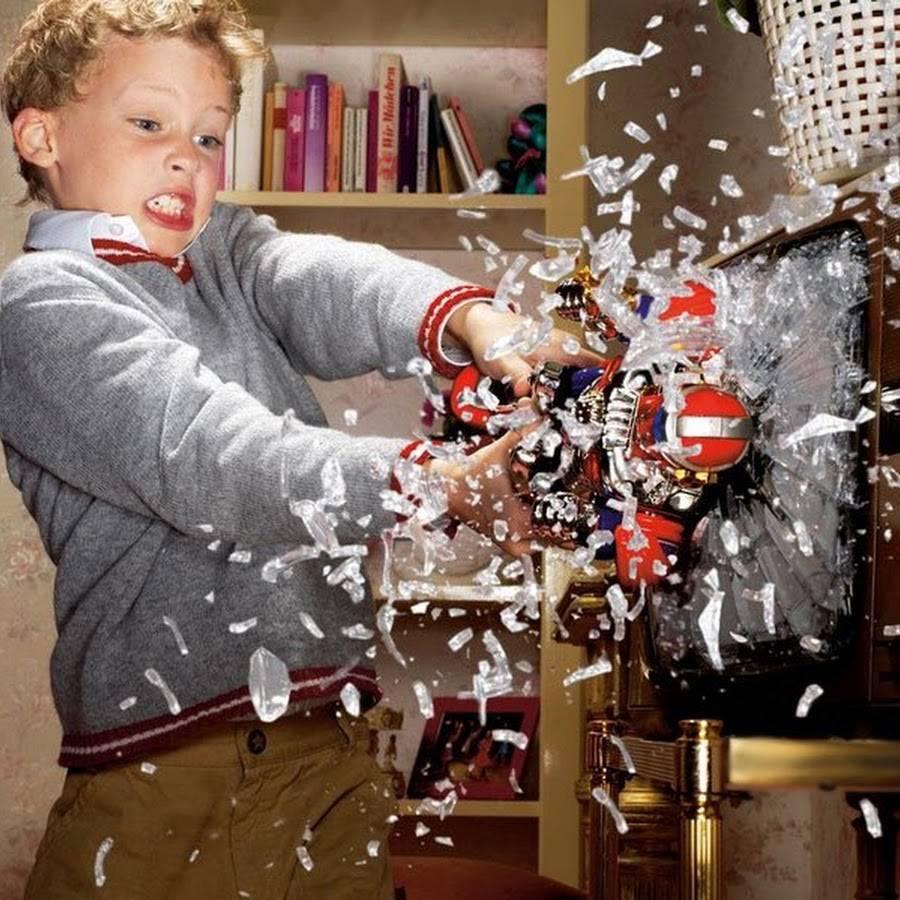Почему дети ломают игрушки: как реагировать и что делать