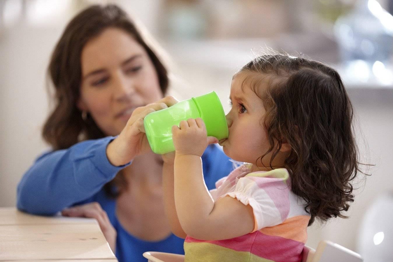 Почему поилка для ребенка небезопасна и почему стоит научить малыша пить из чашки?