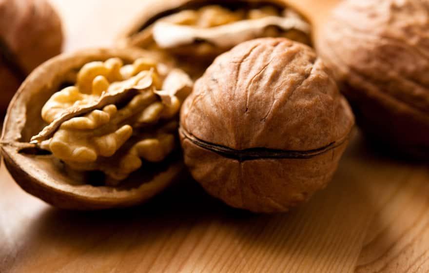 Грецкие орехи при грудном вскармливании: можно ли кормящей маме в первый месяц и далее