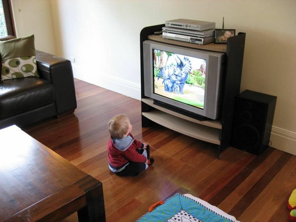 С какого возраста можно смотреть телевизор ребенку: мнение врачей и родителей