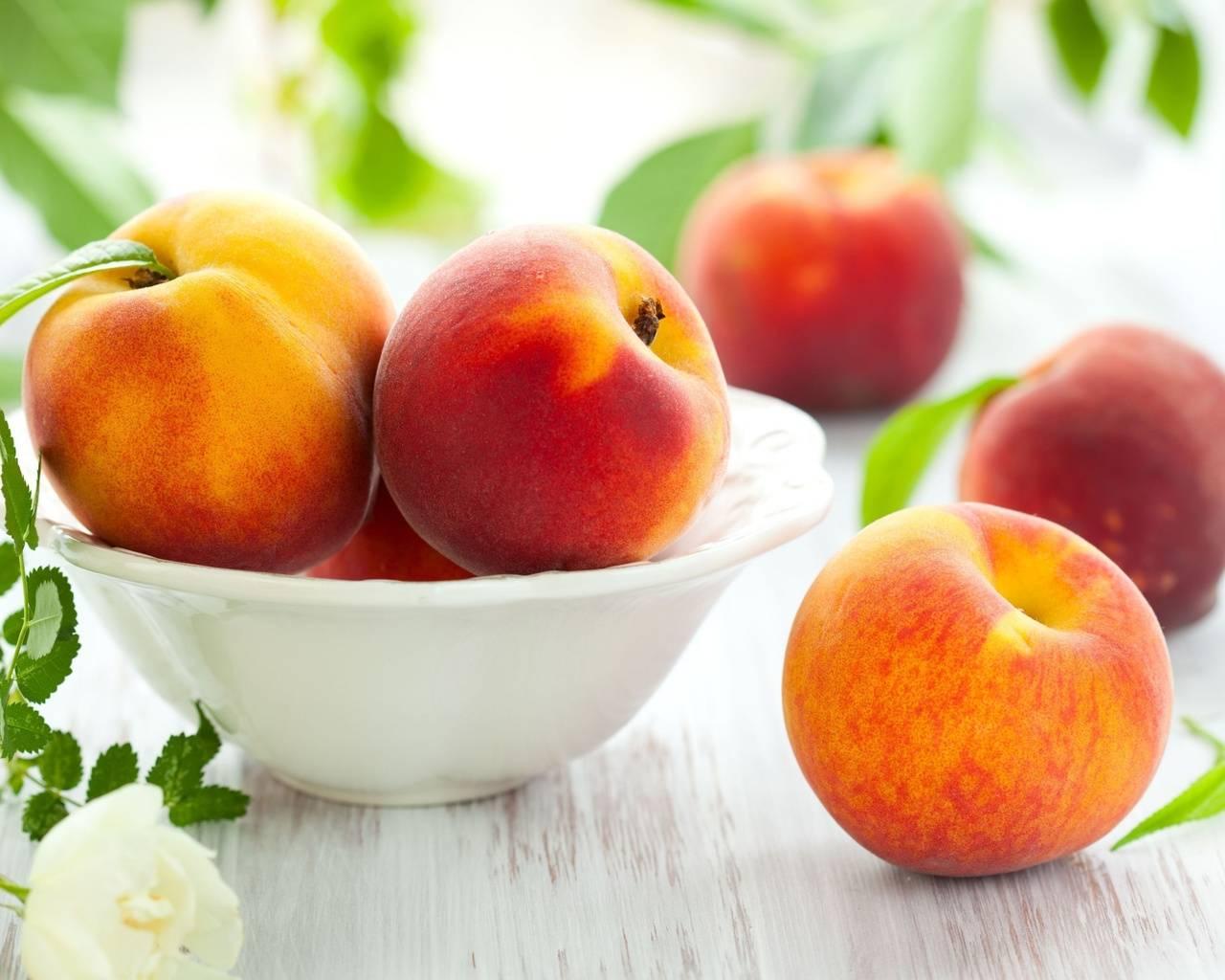 Можно ли кормящей маме кушать персики и нектарины: вред и польза фруктов при грудном вскармливании