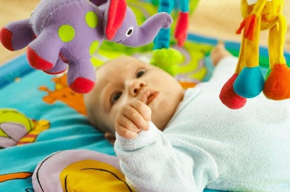 Когда ребенок начинает держать игрушку в руке