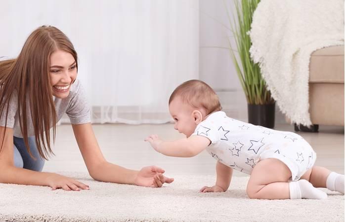 Во сколько месяцев ребенок начинает переворачиваться на живот? как ему помочь?