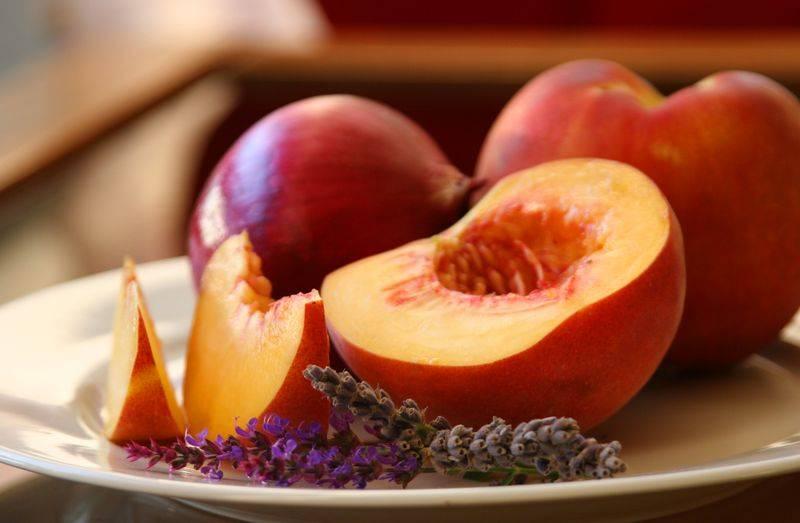 Персики при грудном вскармливании - можно ли кормящей маме