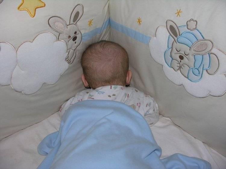 Можно ли новорожденному спать на животе: чем опасно для ребенка, как приучить к правильному положению во сне