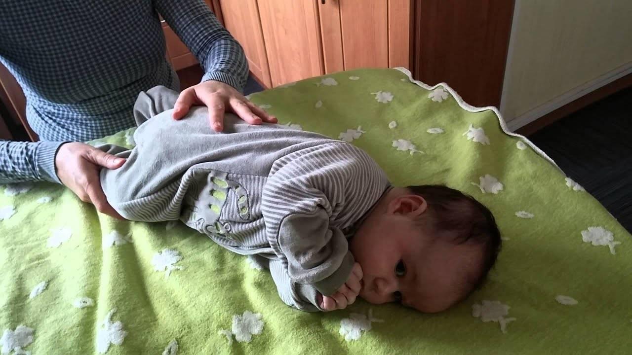 Когда ребенок начинает переворачиваться со спины на бок самостоятельно и от чего это зависит?
