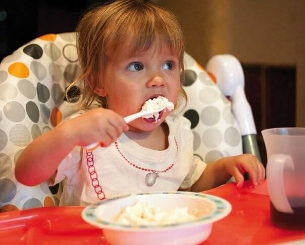 Ребенок не ест творог: заставлять или расслабиться?