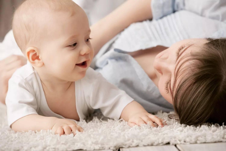 Когда ребенок начинает говорить первые слова и фразы. во сколько ребенок говорит агу, мама