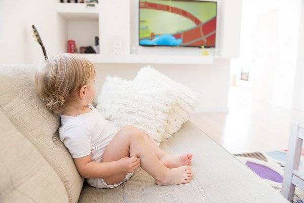 Можно ли давать грудничку смотреть телевизор и чем он может навредить