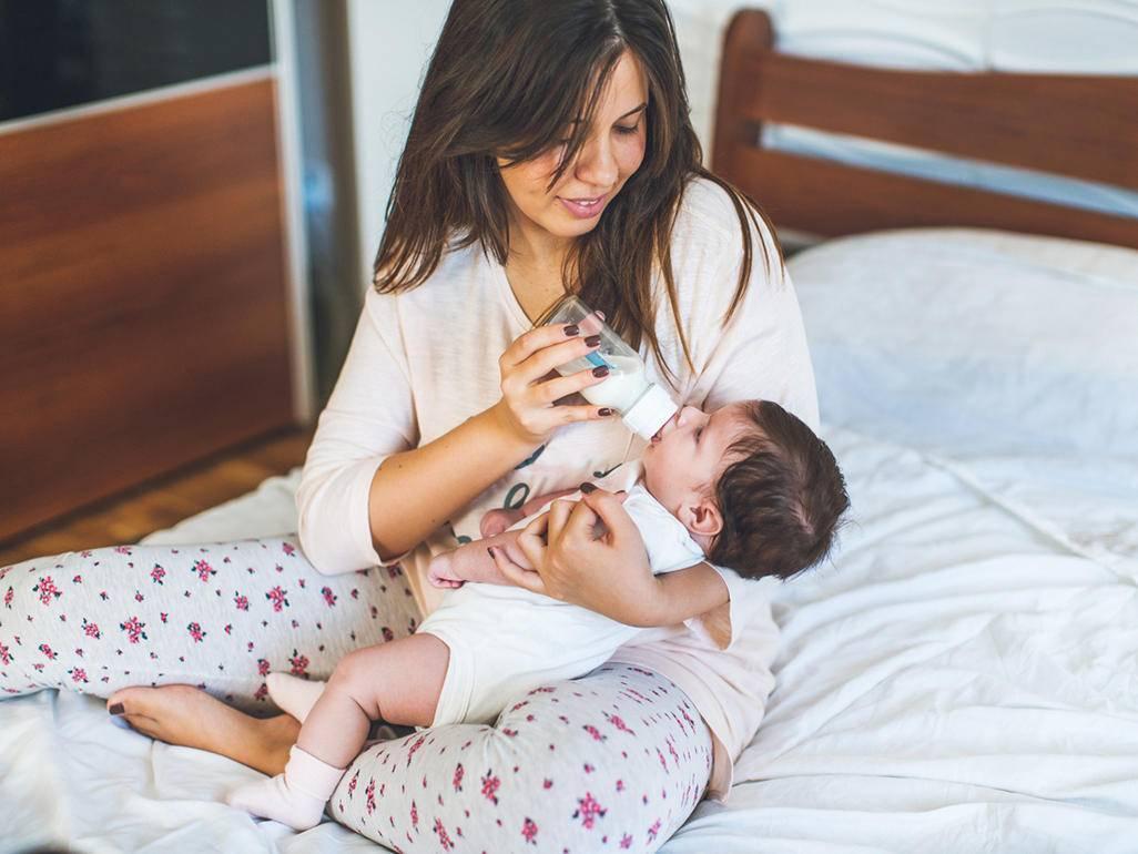 Как разбудить новорожденного для кормления и стоит ли это делать