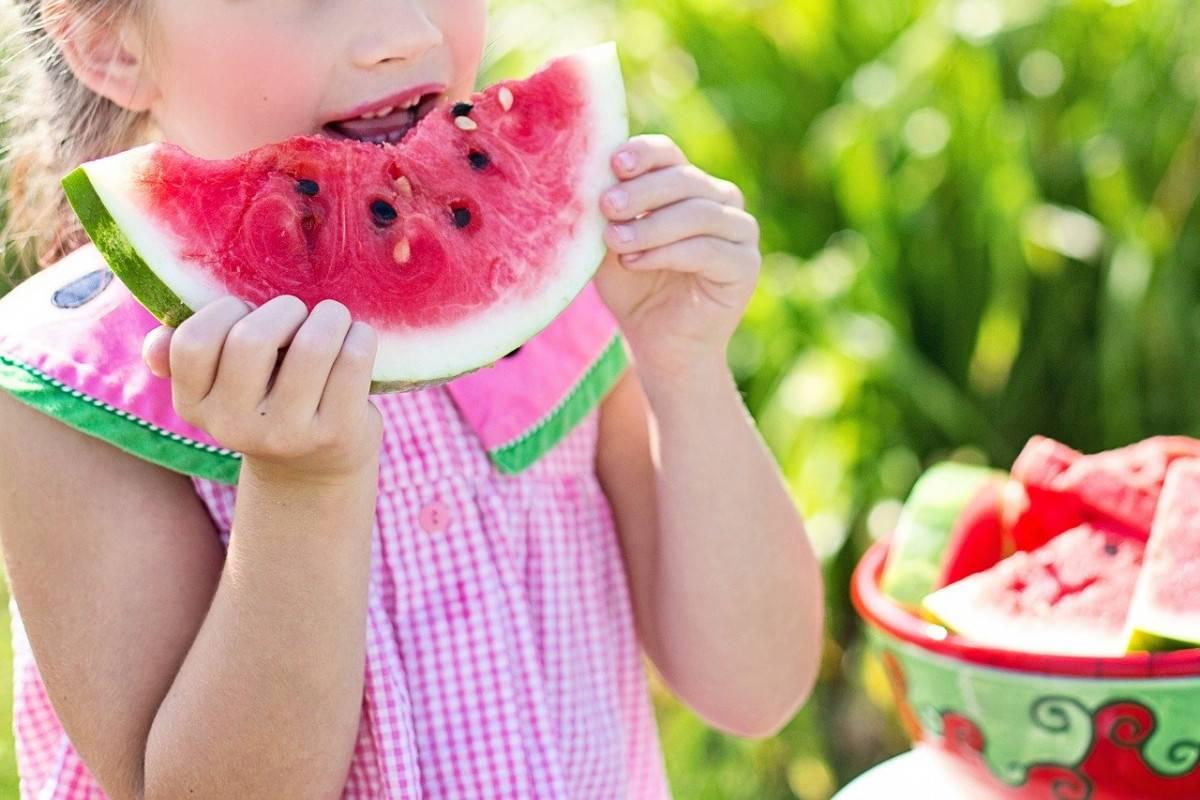 Можно ли арбуз детям до года? риски и опасности.