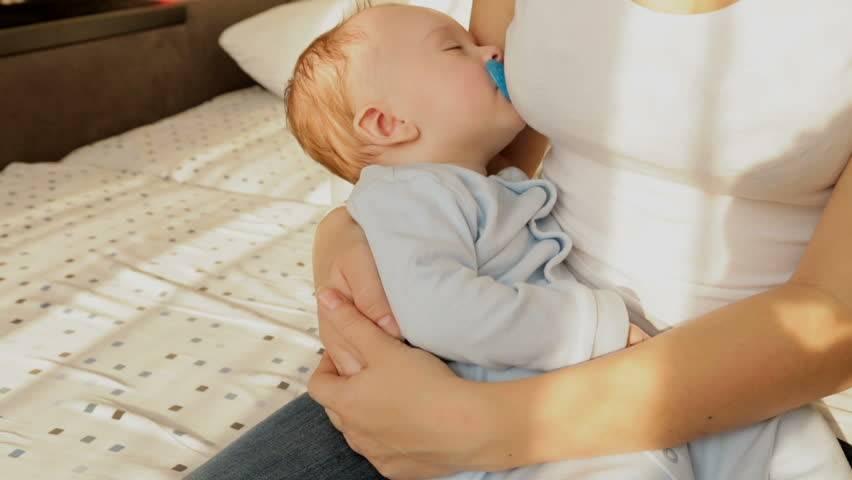 Как отучить ребенка спать на руках