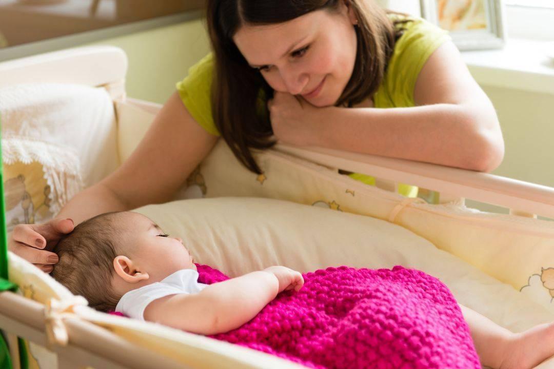 Почему ребенок спит только на руках? при перекладывание ребенка в его кроватку, после комления, ребенок просыпается. как быть?!