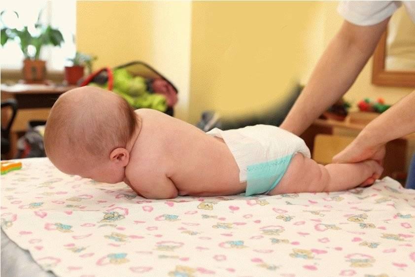 Когда грудничок начинает переворачиваться: упражнения на перевороты