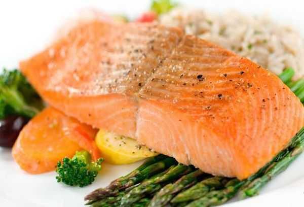Рыба в рационе кормящей мамы: как правильно приготовить?