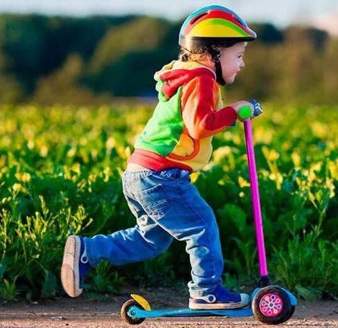 Как научить ребенка ездить на самокате