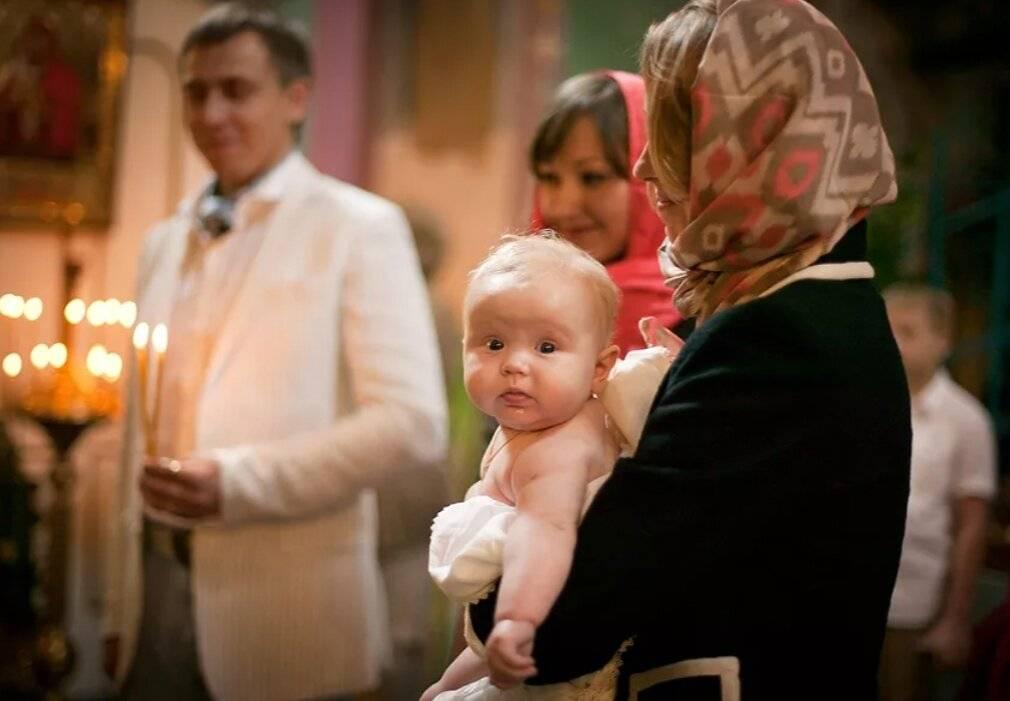 Можно ли крестить ребенка без крестных родителей: обязательные правила