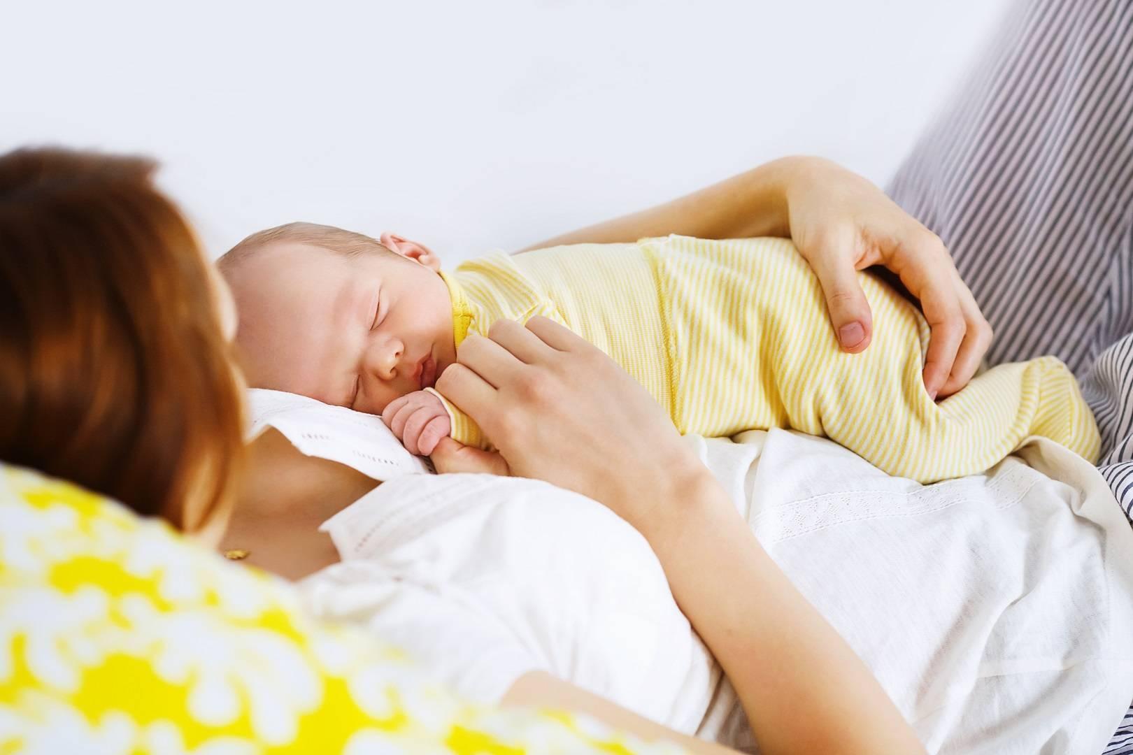 Почему ребенок спит только на руках и днем и ночью, как отучить грудничка от этой привычки (секреты комаровского)