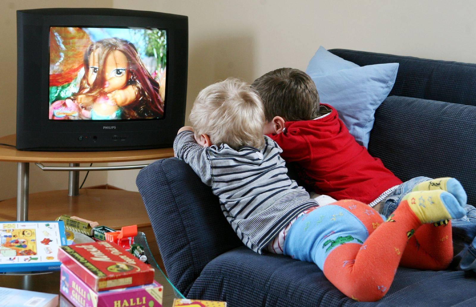Можно ли давать грудничку смотреть телевизор и чем он может навредить   ru-babyhealth