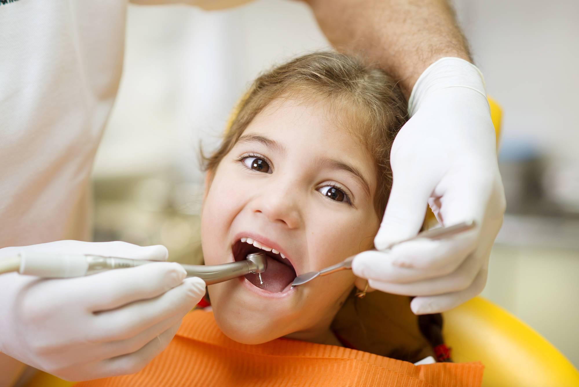 Ребёнок боится лечить зубы: почему так происходит и что делать