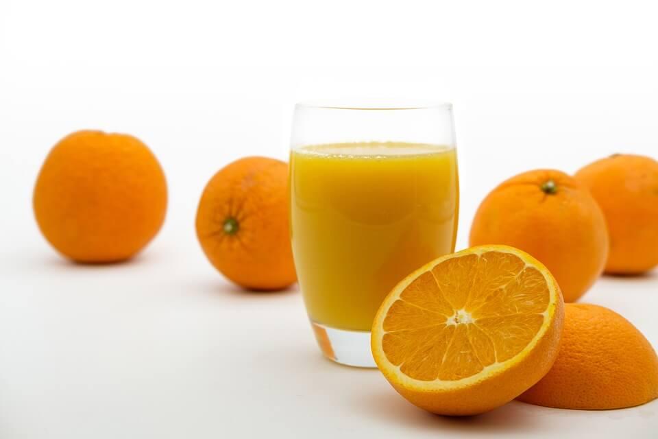 Сахарная «бомба» или идеальный продукт: всем ли полезны свежевыжатые соки и как их правильно пить?