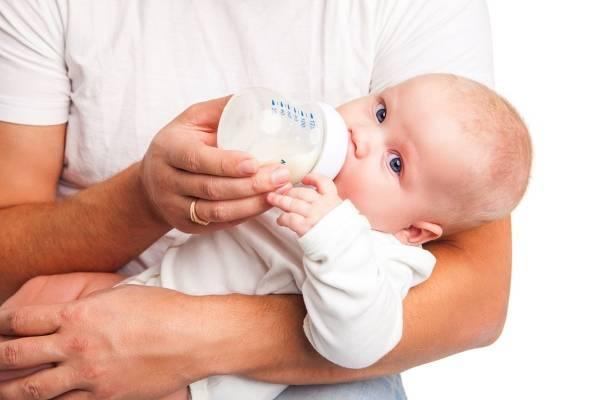 Почему новорожденный ребенок часто икает после кормления