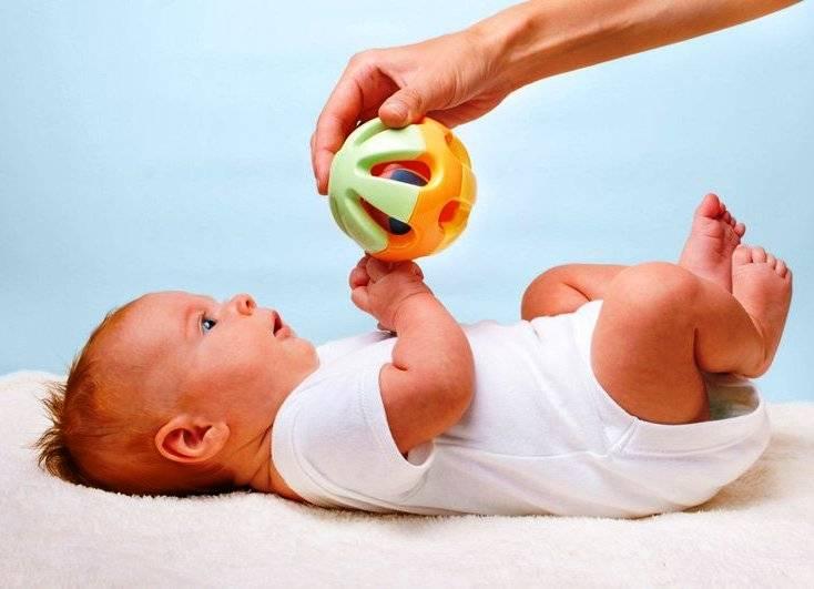Узнаем когда ребенок начинает держать игрушку: нормы развития по месяцам, проявление новых навыков, упражнения
