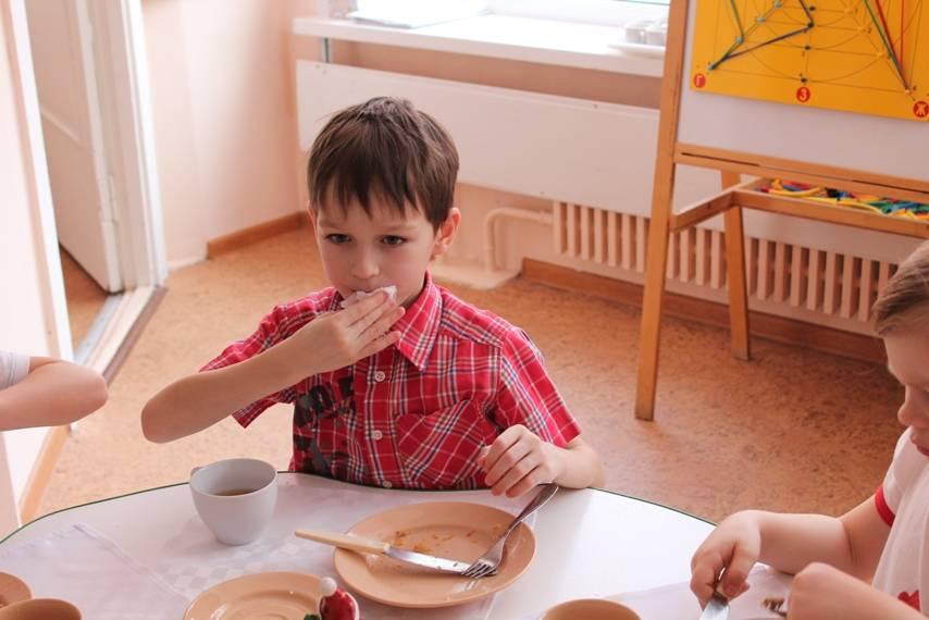Ребенок не ест в садике: почему малыш ничего не кушает, как уговорить и что делать, если отказывается от приема пищи в детском учреждении?
