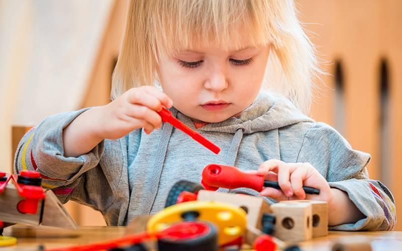 Почему ребенок ломает игрушки?